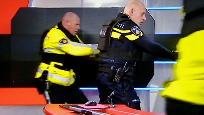 Tarik Z. werd donderdagavond in de NOS-studio door agenten in de studio overmeesterd. Hij hield zijn handen omhoog, terwijl agenten hem onder vuur hadden. .