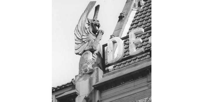 Eén van de draken zoals die op de gevel van De Utrecht stond.