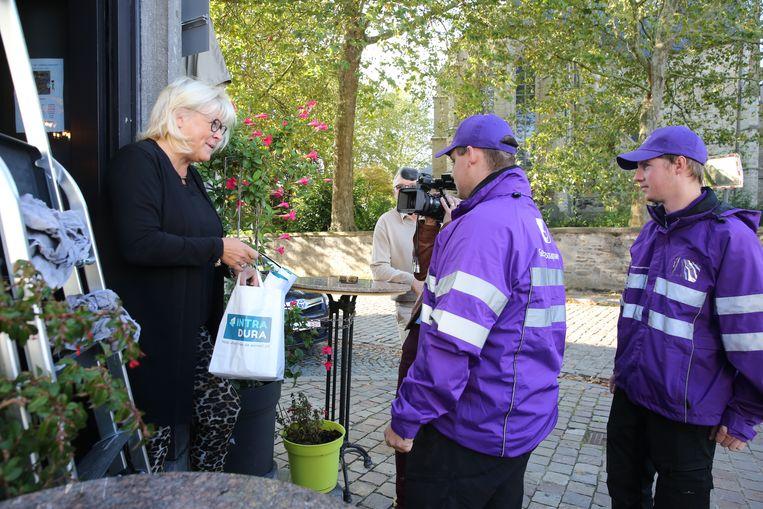 Gemeenschapswachten aan de slag tijdens een preventieve actie in Sint-Pieters-Leeuw.