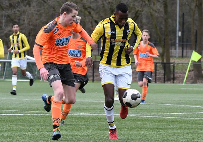 De 16-jarige Mike Cyubahiro (r) maakt de overstap van Vitesse naar Go Ahead Eagles.