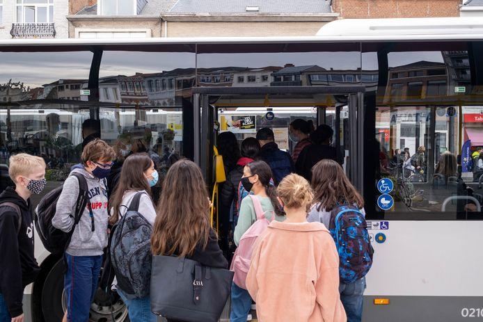 Bij het nemen van de bus zijn mondmaskers sowieso al verplicht , maar de veiligheidscel breidt die verplichting in Oudenaarde vanaf maandag uit naar de omgeving van de secundaire scholen.