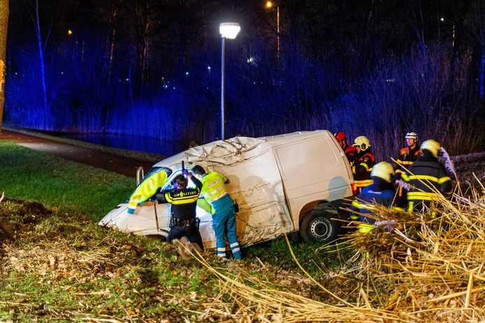 Busje raakt van de weg en botst tegen boom in Oosterhout