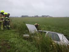 Twee gewonden bij eenzijdig ongeval in Lienden: auto in de sloot