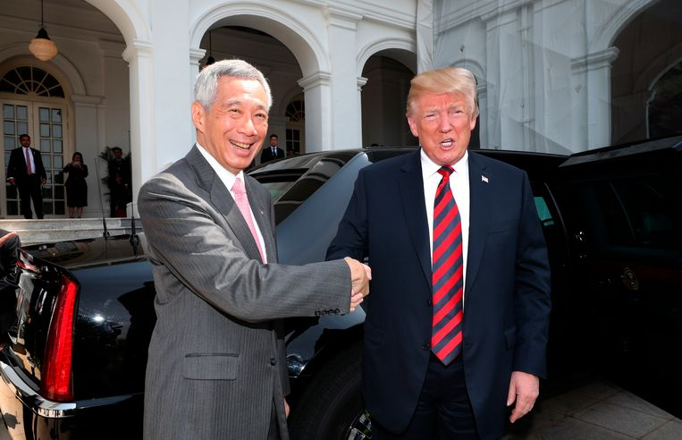De Singaporese premier Lee Hsien Loong schudt de hand van de Amerikaanse president Trump na zijn aankomst in de stad.