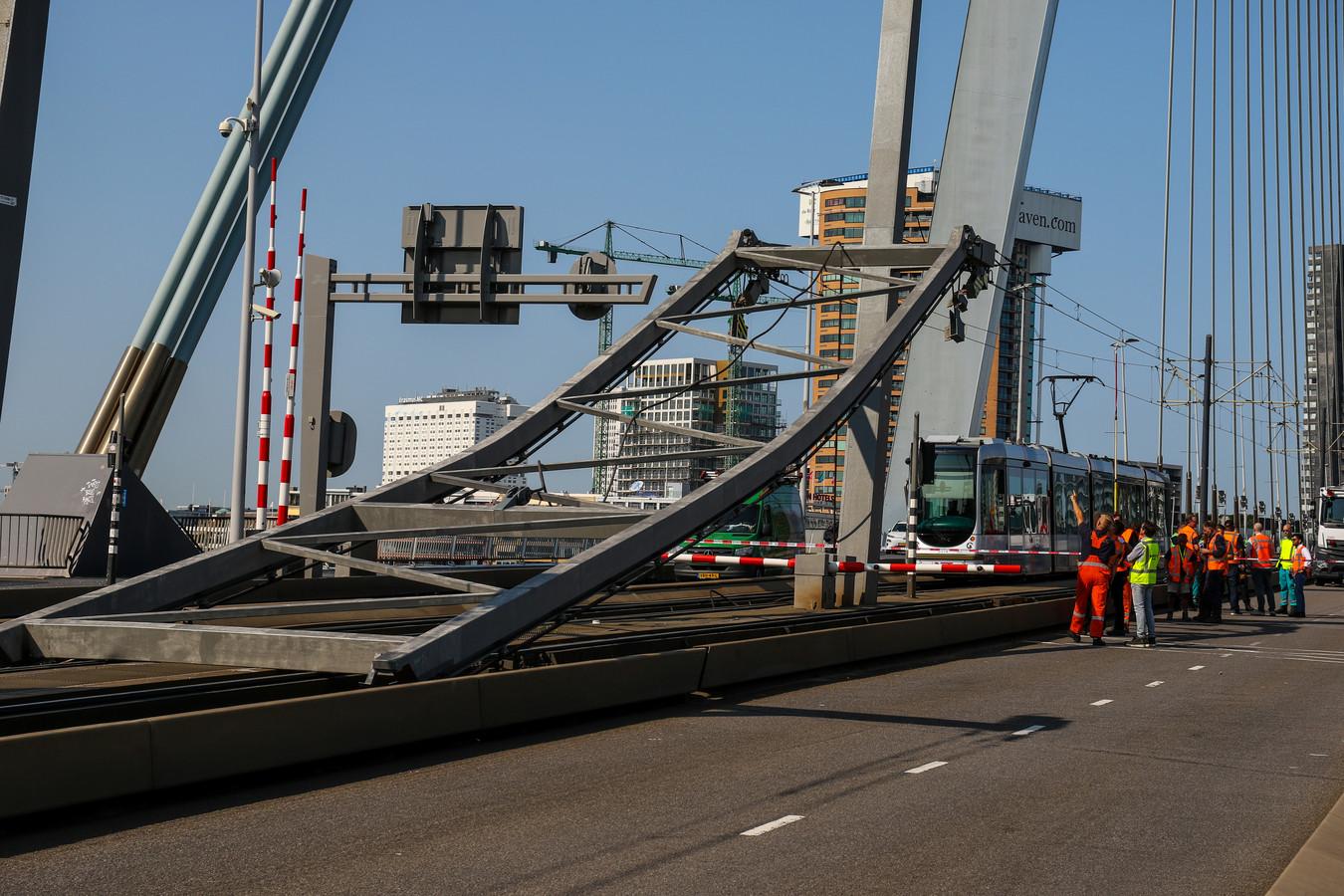 De Erasmusbrug vlak nadat de bovenleiding van de tram instortte.