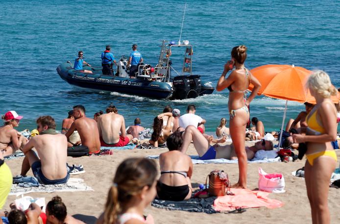 Het strand van Sant Sebastia, waar de waterpolitie het gebied controleert waar het explosief zou zijn gevonden.