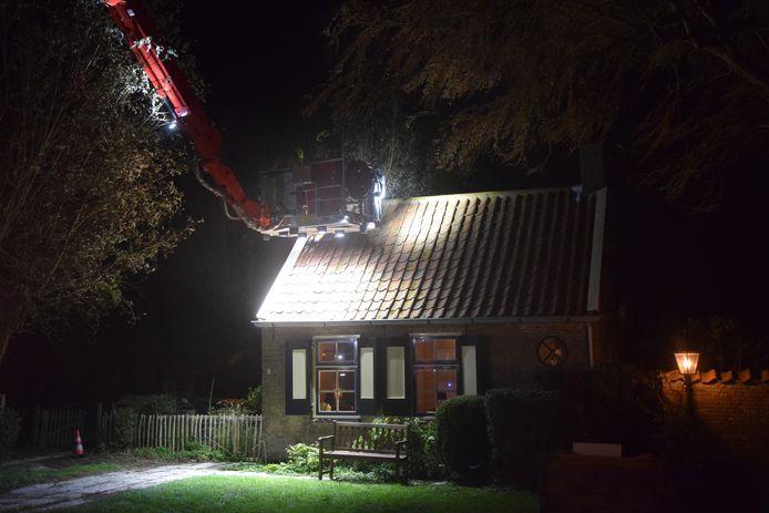 Rond het dak van de woning moest de brandweer wat sloopwerk uitvoeren.