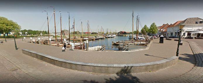 De plek in de haven in Elburg waar het meisje - met kinderwagen en al - in het water viel.