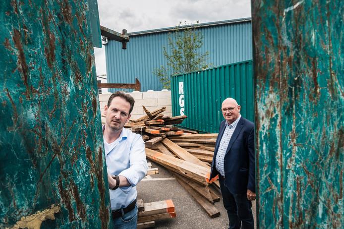 Herman Nijkamp (links) en vader Mannus, de nieuwe directeur en oud-directeur van sloopbedrijf RGS.