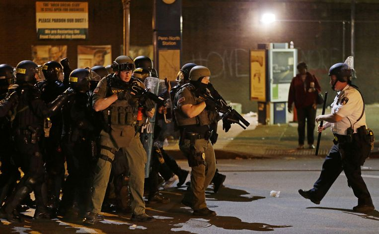 Politie in Baltimore tijdens de rellen begin mei in de stad. Beeld ap