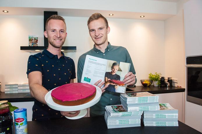 Michael (links) en Daniël Sterk (28) brengen hun eigen Goudse kookboek uit. Het recept van de reuze roze koek staat ook in het boek.