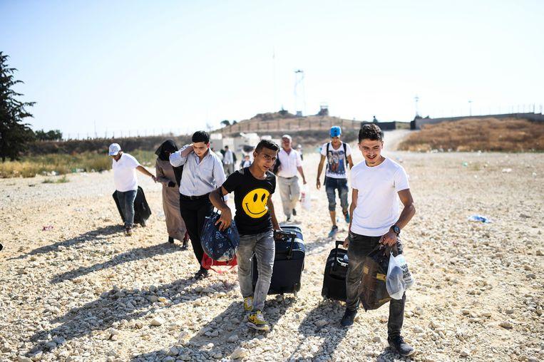 Syrische vluchtelingen komen aan in het Turkse dorp Öncüpınar, dichtbij de grens met Syrië.