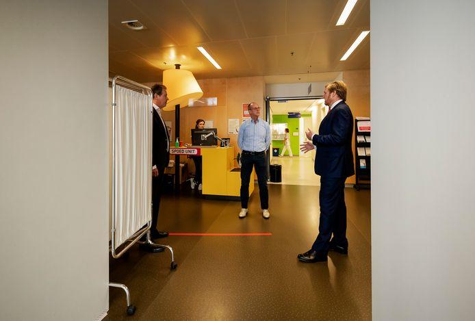 Koningin Willem-Alexander in gesprek met medewerkers van het Jeroen Bosch Ziekenhuis in Den Bosch.