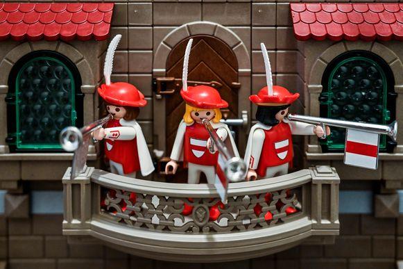 Herauten aan het belfort, ook in de Dendermondse kleuren rood en wit.