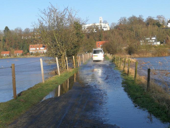 Het dammetje naar de steenfabriek is onder water gelopen.