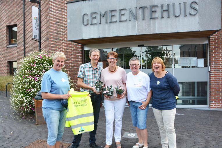 Frank Deboosere verkocht plantjes aan het gemeentehuis van Ingelmunster.