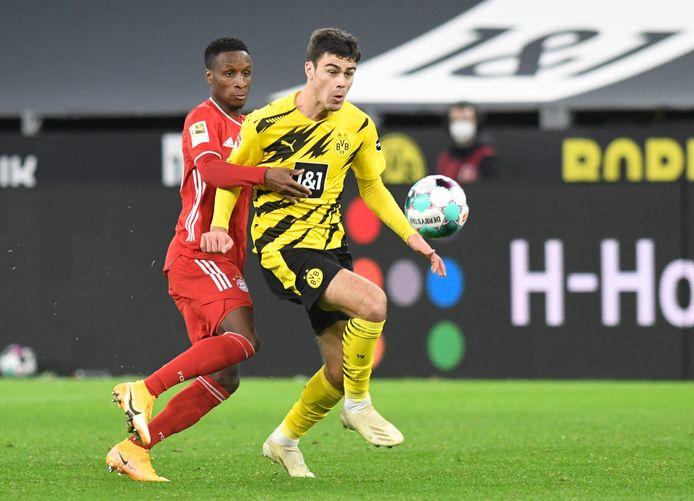 Giovanni Reyna in duel met Bouna Sarr  in de verloren wedstrijd tegn Bayern München (2-3)