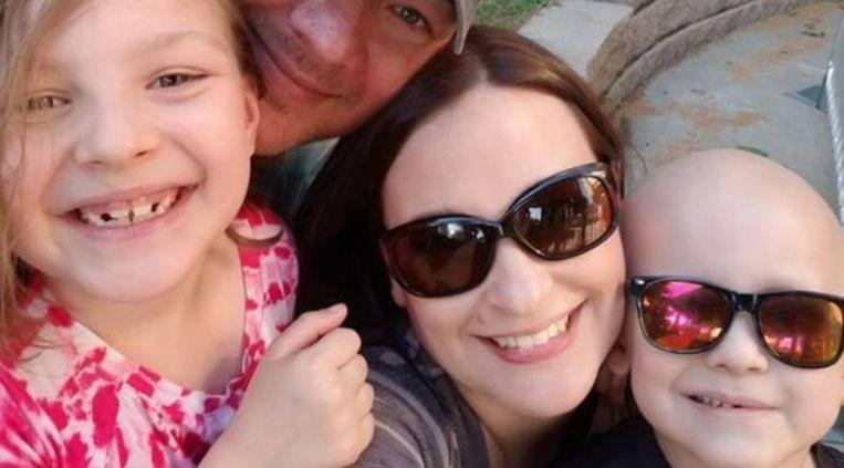 Garrett (rechts) met zijn mama, papa en zusje. Hij overleed vorige week aan een zeldzame vorm van kanker.