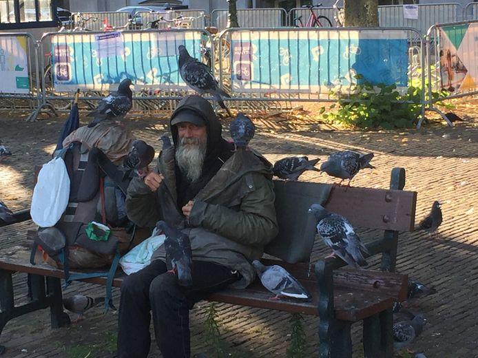 """De Razende Tierelier, zoals hij zich noemt, geniet op het Plein met zijn duiven. Van overlast geen sprake: ,,Mensen, daar zouden ze wat aan moeten doen!"""""""
