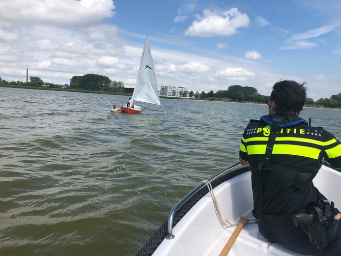 Wijkagent Michael Verdult spot een zeilbootje in problemen op de Binnenschelde.