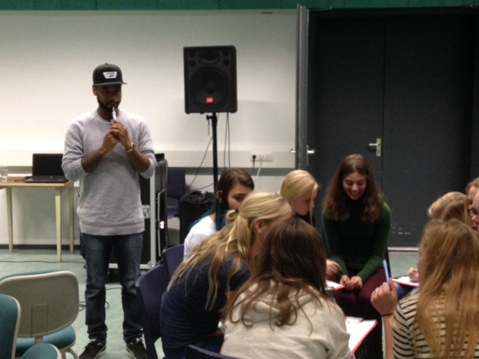 Rapper Stepherd geeft een rap-workshop aan de winnende klas van Gymnasium Bernrode.