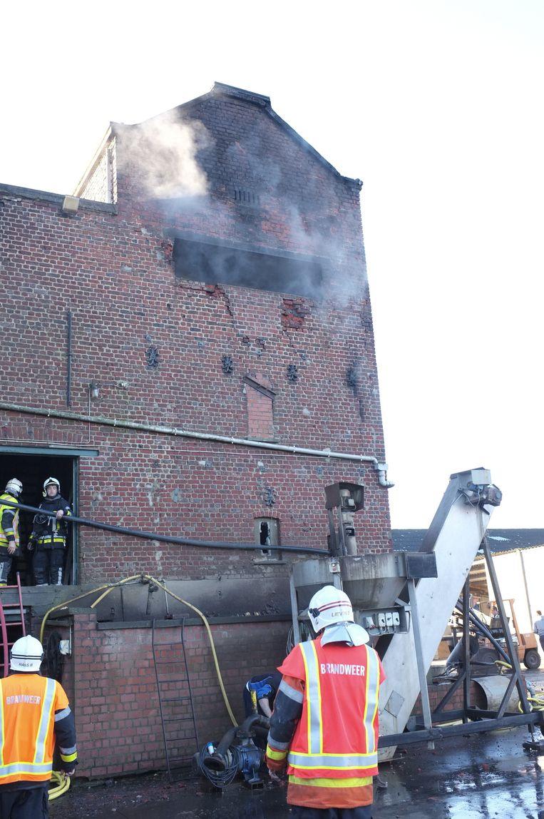 De brandweer inspecteert de toren na de bluswerken.