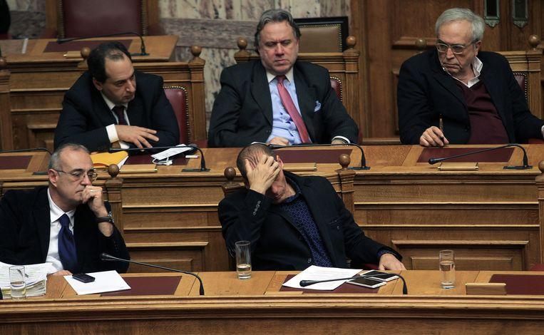 Onderminister van Financiën Dimitris Mardas, hier linksvoor naast minister Yanis Varoufakis sprak maandag het Griekse parlement toe over de Duitse schuld aan Griekenland. Beeld EPA