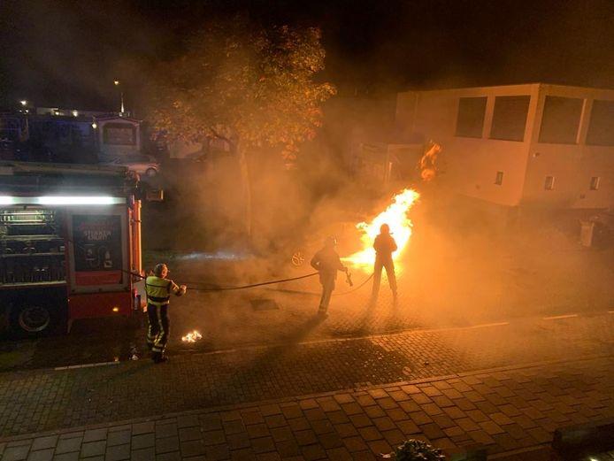 De auto vatte vlam na een harde knal, vertelt een omwonende.