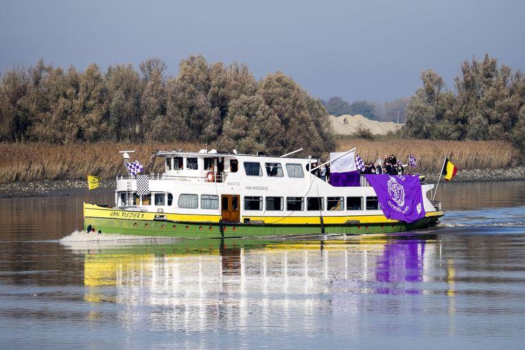 De fans varen met de Berenboot van Hemiksem naar Boom.