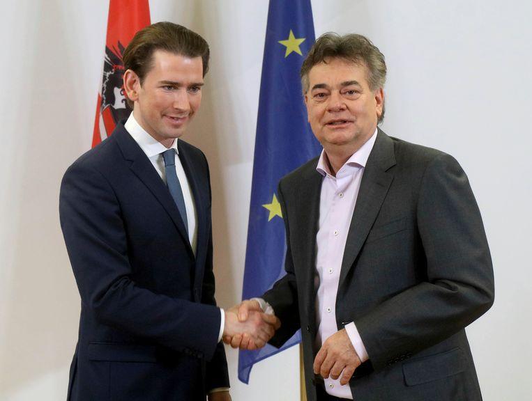 De leider van de conservatieve ÖVP Sebastian Kurz (links) schudt de hand van Werner Kogler, leider van de Groenen. De twee zijn het eens over coalitievorming in Oostenrijk.  Beeld null