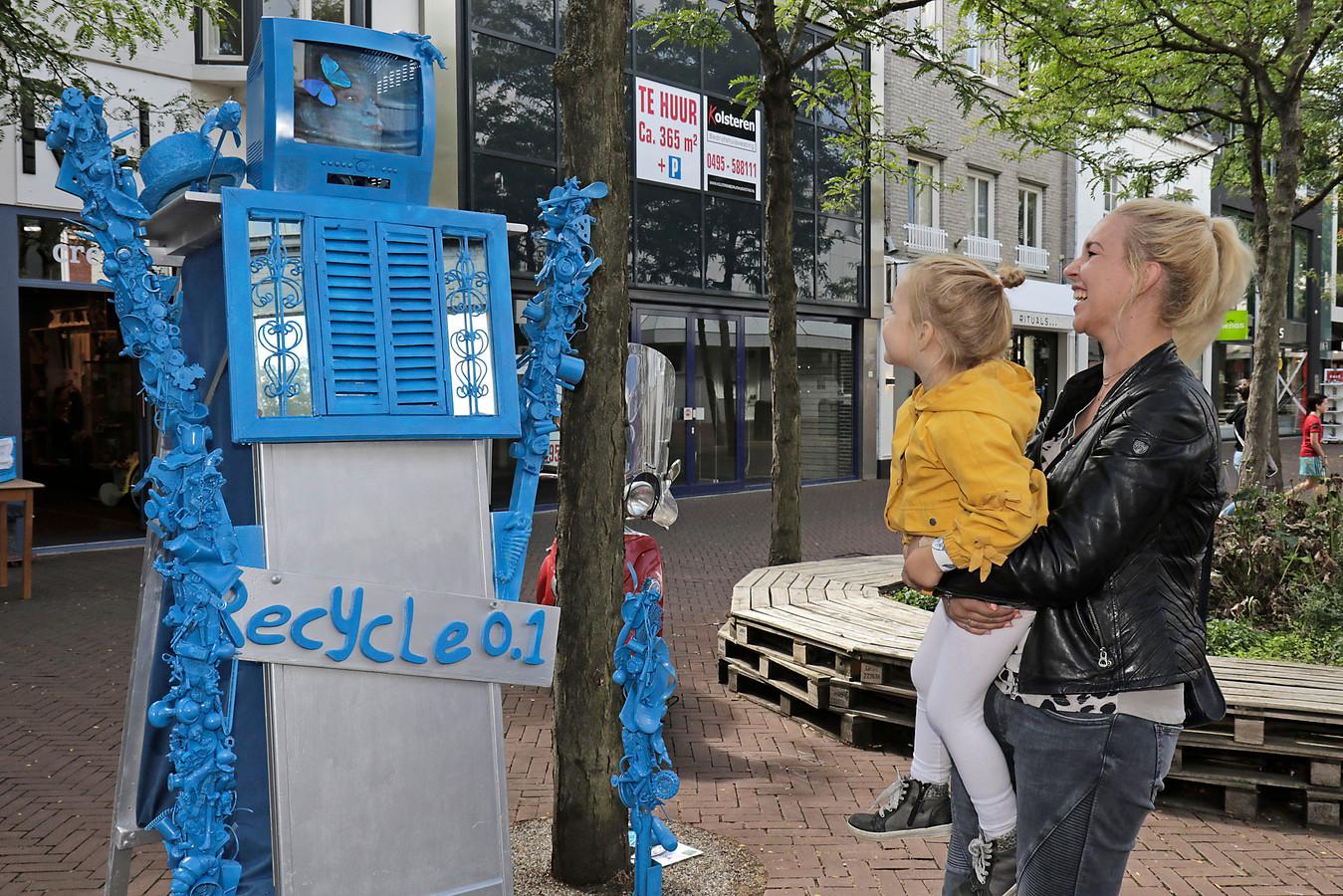Alleen het gezicht van Leo Dirks is te ontwaren in zijn 'recycle 0.1 act'. ,,Ik entertain mensen met mijn ogen.''