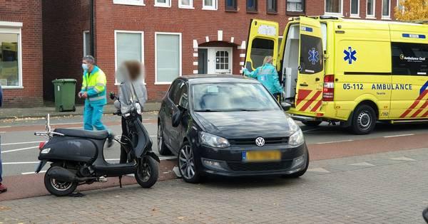 Twee meisjes op scooter in botsing met auto in Enschede.