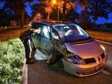 Vrouw botst met gloednieuwe auto tegen boom in Oisterwijk