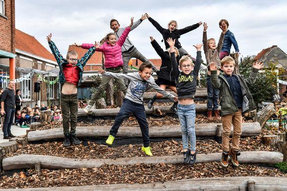 De kinderen op de groene speelplaats in Moerzeke.
