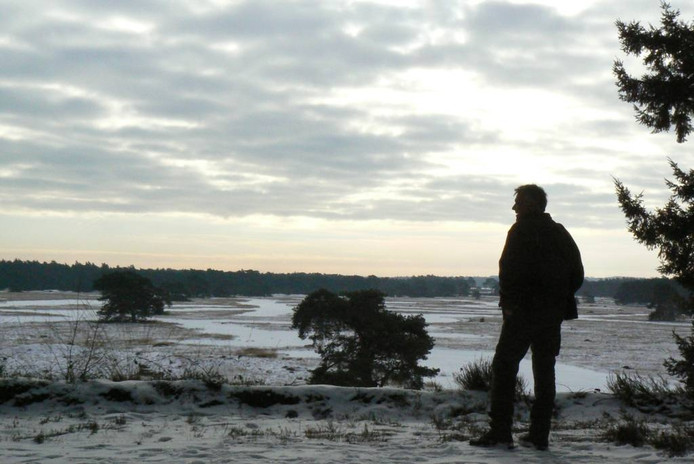 Een boswachter tuurt over de Hoge Veluwe. foto Lex van Kooten