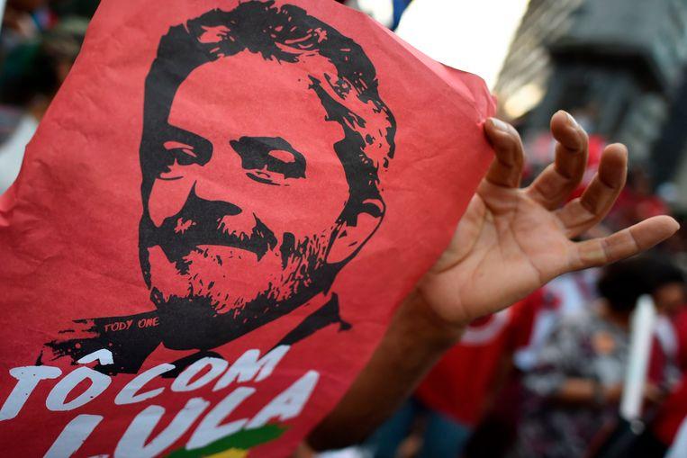 Honderden aanhangers van Lula verzamelden zich vrijdag met spandoeken bij het kantoor van de vakbond van metaalwerkers in de buurt van São Paulo. Daar zou de voormalige president zijn. Beeld AFP