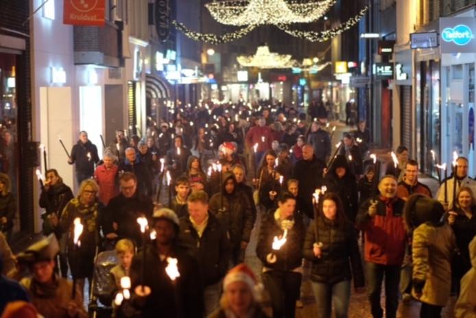 Duizenden mensen liepen op donderdag 24 december mee in de Fakkeltocht door Eindhoven.