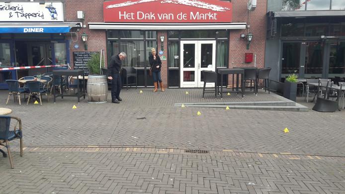 De politie heeft de hulzen op straat gemarkeerd.