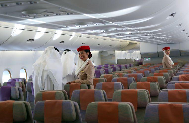 Geïnteresseerden krijgen een rondleiding door een A380 van luchtvaartmaatschappij Emirates, tijdens de Dubai Airshow in de Verenigde Arabische Emiraten in 2017.  Beeld REUTERS