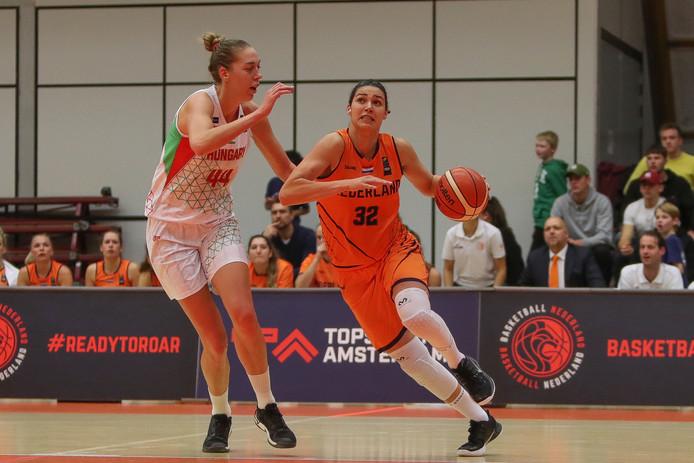 Chatilla van Grinsven is haar Hongaarse tegenstander de baas. Nederland won vorige week met 66-56.