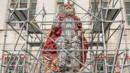Sinterklaas in de steigers voor herstelling stadhuistorentjes