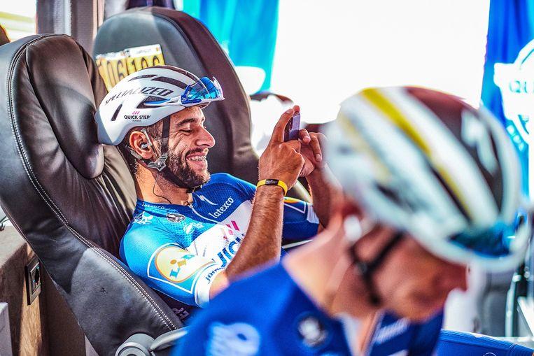"""Fernando Gaviria tijdens een van de eerste dagen van de Tour. De Colombiaan kan lachen, want hij had al gewonnen én de gele trui gedragen. """"Maar in het boek heb ik gekozen voor een beeld waarop de teleurstelling te zien is na een tweede plaats. Voor een sprinter telt enkel de eerste plaats"""", legt Eggers zijn keuze uit."""
