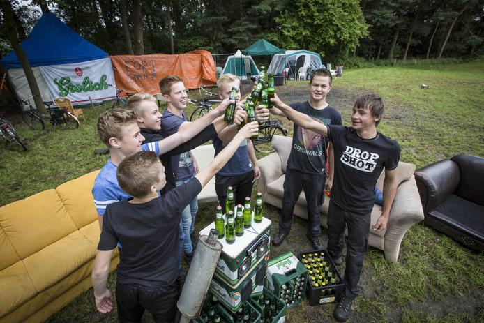 Jongeren op een kampeerfeest in Albergen