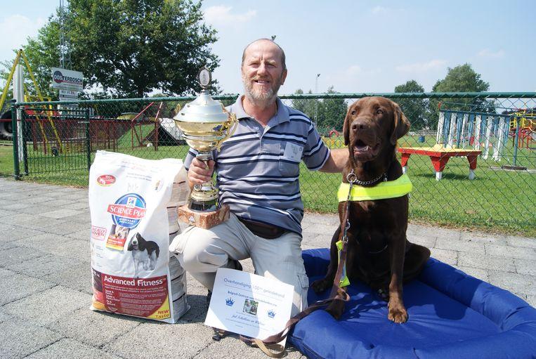 Julius' geleidehond Willow werd enkele jaren geleden gehuldigd als de 100ste van het Belgisch Centrum voor Geleidehonden.