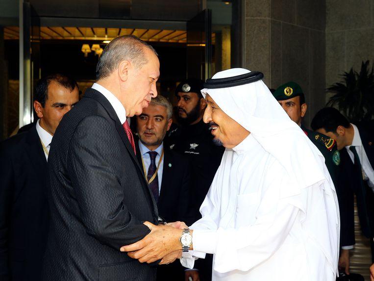 President Erdogan werd gisteren begroet door koning Salman van Saudi-Arabië. Beeld AP