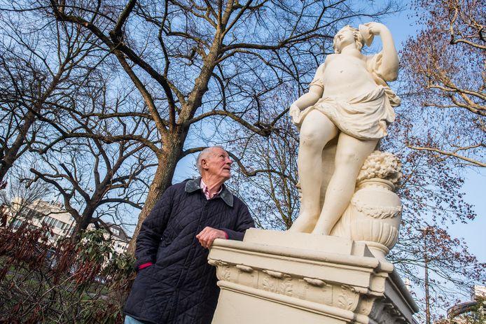 Kees Kant bij de beelden op[ de eusebius buitensingel. Arnhem