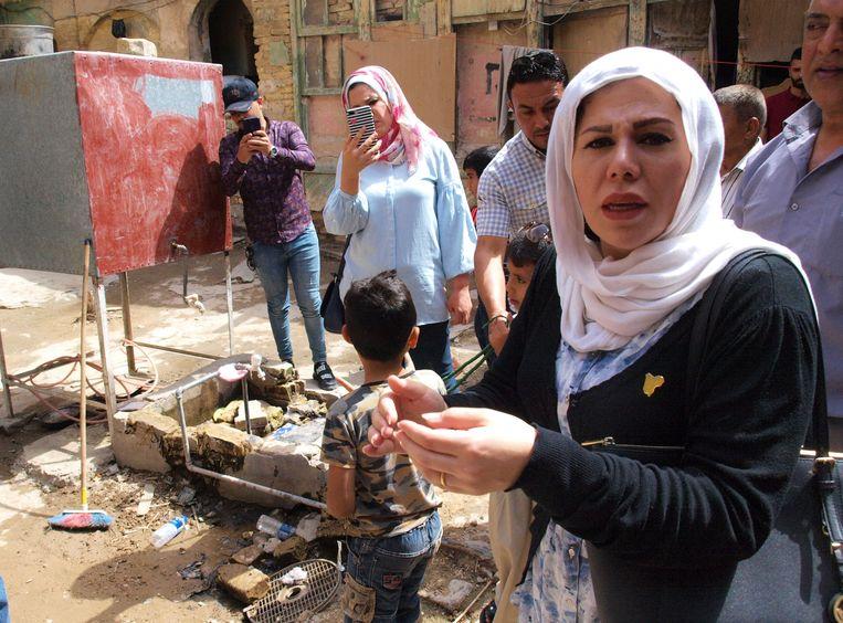 Op campagne in Bagdad bezoekt de Iraaks-Nederlandse kandidate Zina al-Halboussi de huizen van bedelaars. Beeld Judit Neurink