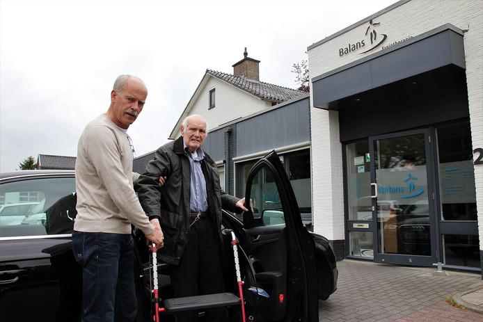 In het dorp Dalfsen in Overijssel draait AutoMaatje al enige tijd. Hier zet vrijwillig chauffeur Nijhof meneer Bakker (87 jaar) af bij de fysiotherapeut.