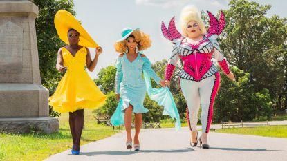 Een knotsgekke roadtrip, emotionele verhalen en drie flamboyante drag queens: dit mag je verwachten van nieuwe reeks 'We're Here'