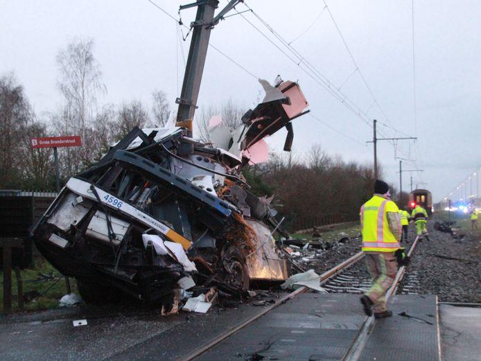 De ravage na het ongeval aan de spooroverweg in Vlamertinge afgelopen donderdag